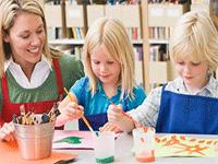 Воспитатели в детском центре