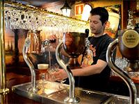 Персонал в пивном магазине
